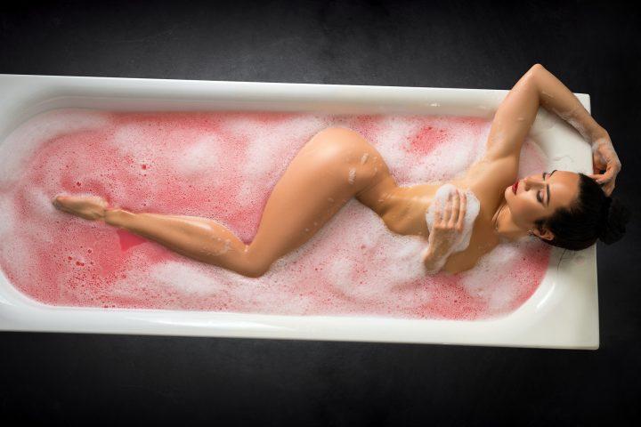 Gorąca kąpiel i wspólna masturbacja.
